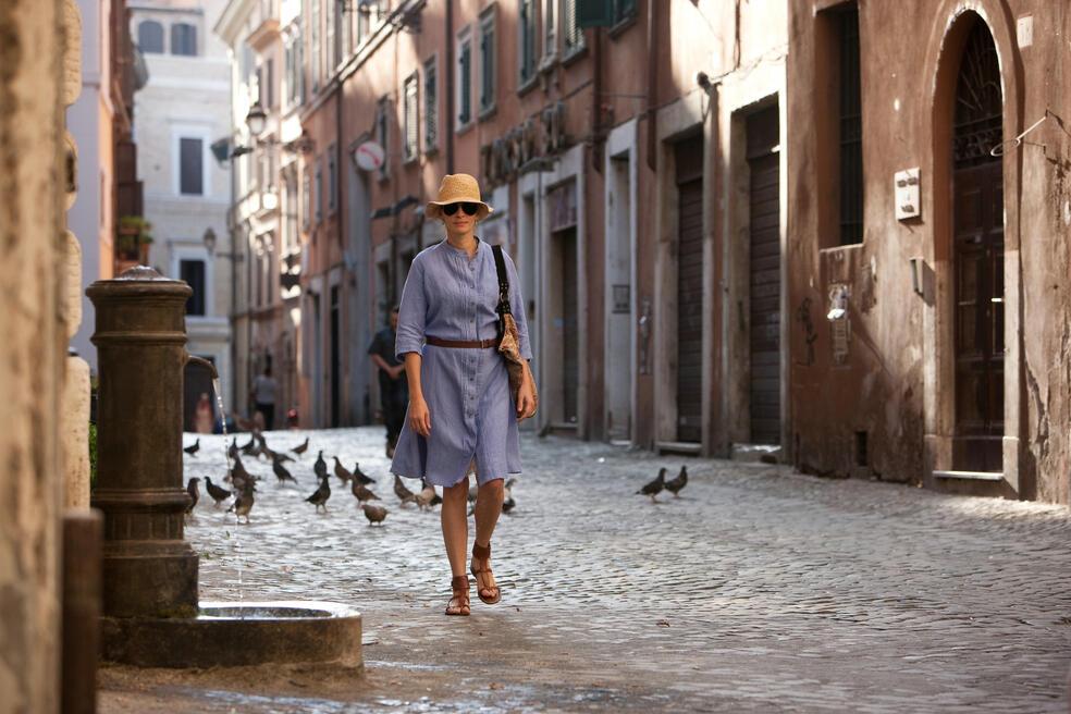 Elizabeth Gilbert (JULIA ROBERTS) spaziert durch die Altstadt von Rom.