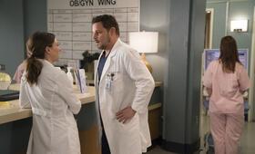 Grey's Anatomy - Die jungen Ärzte - Staffel 14, Grey's Anatomy - Die jungen Ärzte - Staffel 14 Episode 18 mit Justin Chambers und Caterina Scorsone - Bild 30