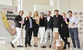 Unter deutschen Betten mit Heiner Lauterbach, Veronica Ferres, Jan Fehse, Holger Schlageter, Magdalena Prosteder und Nina Maag - Bild 1
