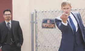 Dirty Cops - War on Everyone mit Alexander Skarsgård und Michael Peña - Bild 38