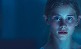 Biggi (Helena Siegmund-Schultze) erschreckt sich und reißt entsetzt die Augen auf. - Bild 24
