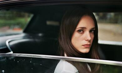 The Lady in the Car with Glasses and a Gun mit Stacy Martin - Bild 1