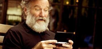 Bild zu:  Robin Williams mit Nintendos Handheld 3DS.