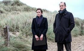 Nord Nord Mord: Sievers und die Frau im Zug mit Peter Heinrich Brix - Bild 10