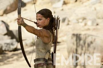 Alicia Vikander als Lara Croft mit Pfeil und Bogen