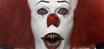 Tim Curry als Clown Pennywise in Stephen Kings Es