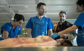 Zerschunden - Ein Fall für Dr. Abel mit Tim Bergmann und Alexander Hörbe - Bild 5