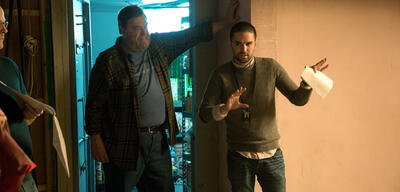 Dan Trachtenberg mit John Goodman am Set von 10 Cloverfield Lane
