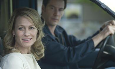 Pippa Lee (Robin Wright Penn) wird von Chris Nadeau (Keanu Reeves) nach Hause gebracht - Bild 7
