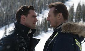 Hard Powder mit Liam Neeson und Tom Bateman - Bild 17