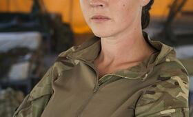 Eine Frau an der Front, Staffel 1 mit Lacey Turner - Bild 7