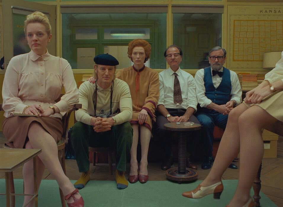 The French Dispatch mit Tilda Swinton, Owen Wilson, Elisabeth Moss, Griffin Dunne und Fisher Stevens