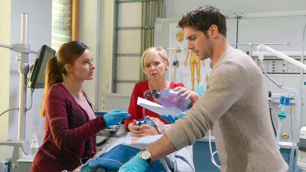In aller Freundschaft - Die jungen Ärzte mit Paula Schramm und Roy Peter Link