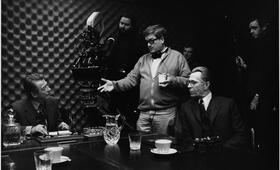 Bei der Arbeit: Regisseur Tomas Alfredson mit seinen Hauptdarstellern John Hurt und Gary Oldman - Bild 16