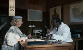 Docteur Knock mit Omar Sy und Hélène Vincent - Bild 10