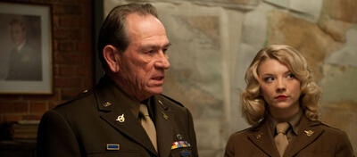 Tommy Lee Jones wird General Douglas MacArthur