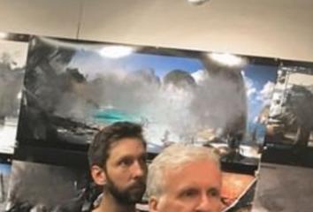 James Camerons Stirn und im Hintergrund Avatar-Aufnahmen