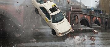 Unknown Identity: Das Taxi rast durch das Geländer der Berliner Oberbaumbrücke