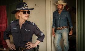 Mystery Road: The Series, Mystery Road: The Series - Staffel 1 mit Judy Davis und Aaron Pedersen - Bild 1