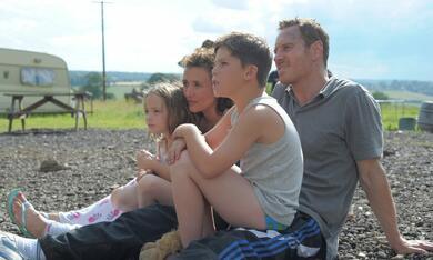 Das Gesetz der Familie mit Michael Fassbender, Lyndsey Marshal und Georgie Smith - Bild 1