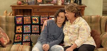Sara Gilbert und Roseanne Barr in Roseanne