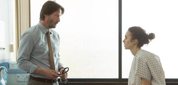 Keanu Reeves und Lily Collins in To the Bone
