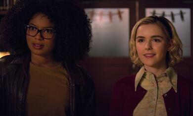 Chilling Adventures of Sabrina, Chilling Adventures of Sabrina - Staffel 1, Chilling Adventures of Sabrina - Staffel 1 Episode 3 mit Kiernan Shipka und Jaz Sinclair - Bild 8