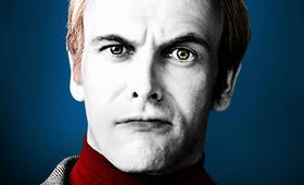 Jonny Lee Miller als Roger Collins - Bild 31
