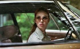 The Lady in the Car with Glasses and a Gun mit Freya Mavor - Bild 3