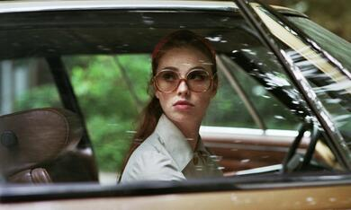 The Lady in the Car with Glasses and a Gun mit Freya Mavor - Bild 5