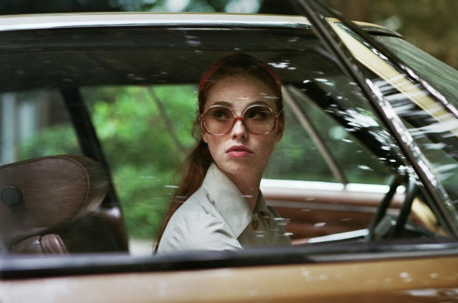 The Lady in the Car with Glasses and a Gun mit Freya Mavor