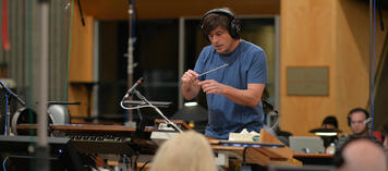 Thomas Newman bei den Arbeiten am Soundtrack zu Saving Mr. Banks