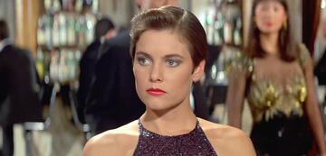 Carey Lowell als Pam Bouvier
