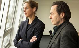 Ein Kommissar kehrt zurück mit Uwe Kockisch und Sophie von Kessel - Bild 35