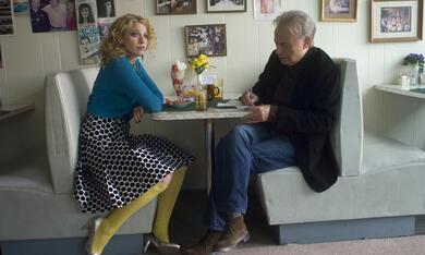 Die junge Pippa Sarkissian (Blake Lively) trifft sich mit Herb Lee (Alan Arkin) im Café - Bild 10