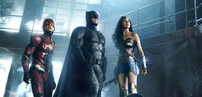 Die Justice League-Mitglieder Flash, Batman und Wonder Woman