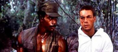 Carl Weathers und Jean-Claude Van Damme: einer mit, einer ohne Arm.