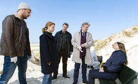 Die Toten am Meer mit Karoline Schuch, Christoph Letkowski, Max Herbrechter und Ronald Kukulies - Bild 1