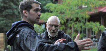 Jeremy Saulnier und Patrick Stewart am Set zu Green Room