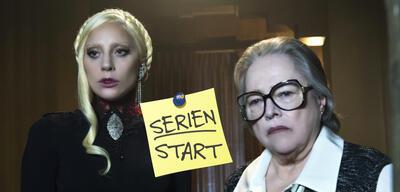 Lady Gaga und Kathy Bates in American Horror Story: Hotel