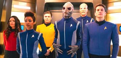 Crew-Versammlung im Turbolift von Star Trek: Discovery
