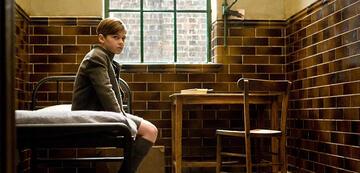 Hero Fiennes-Tiffin als junger Tom Riddle