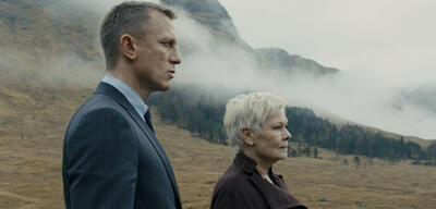 James Bond mit M im Angesicht von Skyfall.