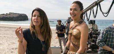 Patty Jenkins und Gal Gadot am Set von Wonder Woman