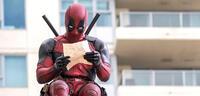 Bild zu:  Liest Deadpool einen Brief vom Hulk?