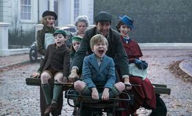 Mary Poppins Returns mit Emily Blunt, Emily Mortimer, Julie Walters, Lin-Manuel Miranda, Joel Dawson, Nathanael Saleh und Pixie Davies - Bild 17