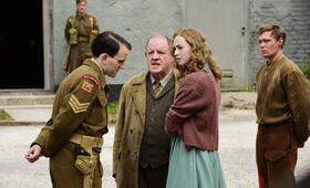 Trautmann mit Harry Melling, Freya Mavor und John Henshaw - Bild 9