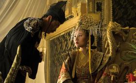 Ein Diener überreicht der Mutter des kleinen Kaisers (Duong Yen Ngoc) das Unsterblichkeitelixier.  - Bild 31