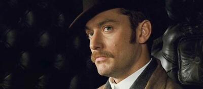 Dr. Watson (Jude Law) macht sich auf in die Wüste
