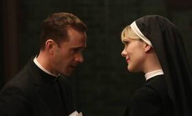 American Horror Story Staffel 2 mit Joseph Fiennes und Lily Rabe - Bild 23